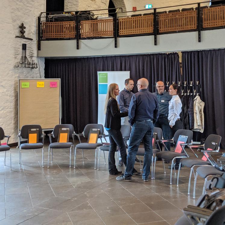 Die ersten Teilnehmer des Alumni-Treffen sind eingetroffen und im Austausch miteinander