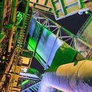 Bizarre Industrie-Rohrlandschaft mit Grünstich - assoziativ zu Design Thinking