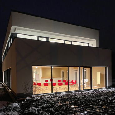 Außenansicht vom Seminarraum des ZEITRAUMs bei Nacht mit Schnee